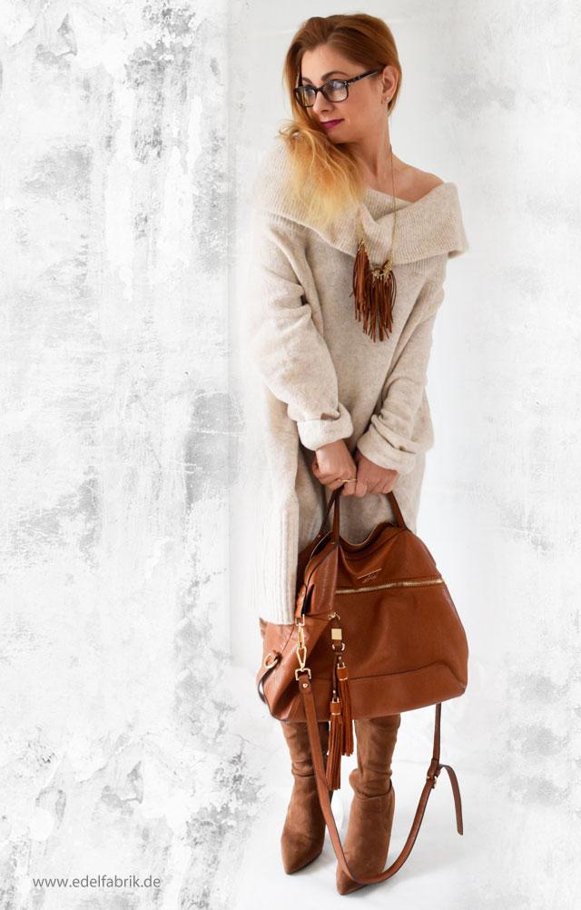 Beiges Offshoulderkleid in Kombination mit camel-farbener Tasche und Overknees