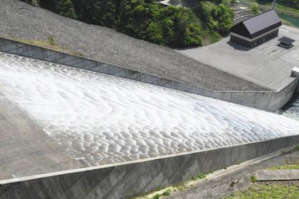 徳山ダム洪水吐きゲート点検放流