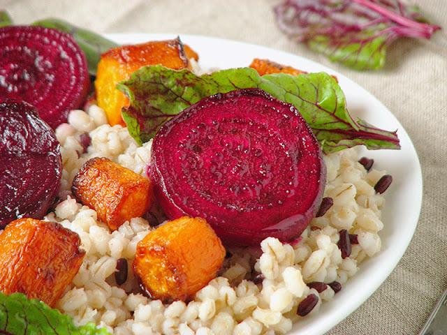 Salade d'orge perlée et de légumes rôtis - le carnet sur l'étagère