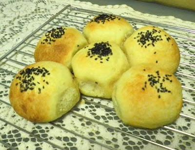 Portuguese Sweet Bread Rolls Recipe @ treatntrick.blogspot.com