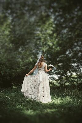 Novia caminando por la hierba