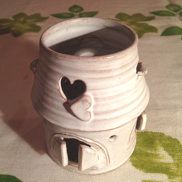 Mázas égetett agyag kerámia - Mécsestartó házikó