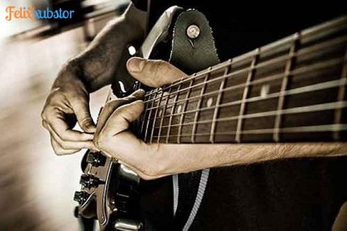 Bermain Gitar dalam Pertunjukan