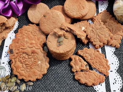 Kruche ciasteczka chałwowo-czekoladowo-kokosowe z migdałami i pestkami dyni