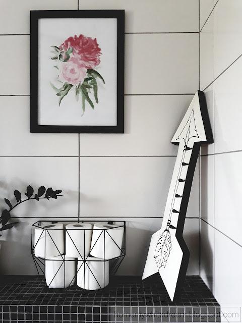 biały drewniany wieszak w łazience, drewniany wieszak, drewniany wieszak strzała,
