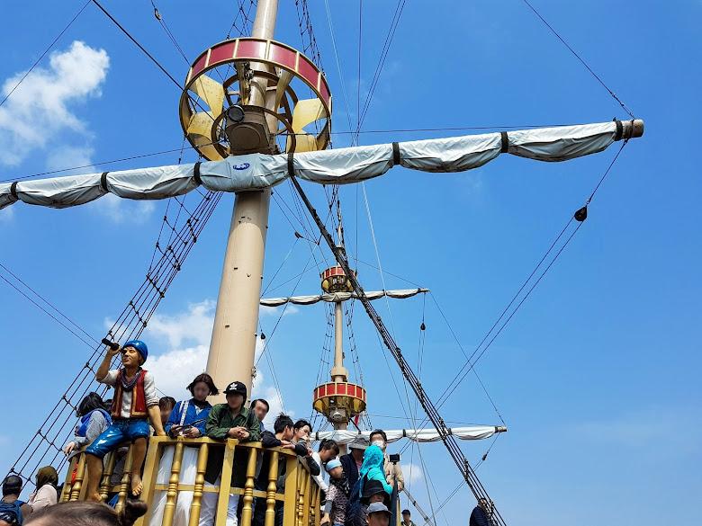 海盜船船桅瞭望台擠滿人