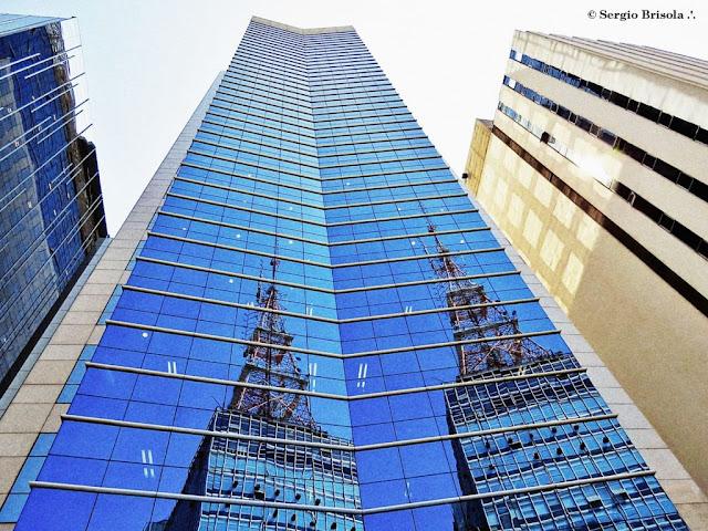 Fachada angulada do Edifício Comendador Yerchanik Kissajikian - Avenida Paulista - São Paulo