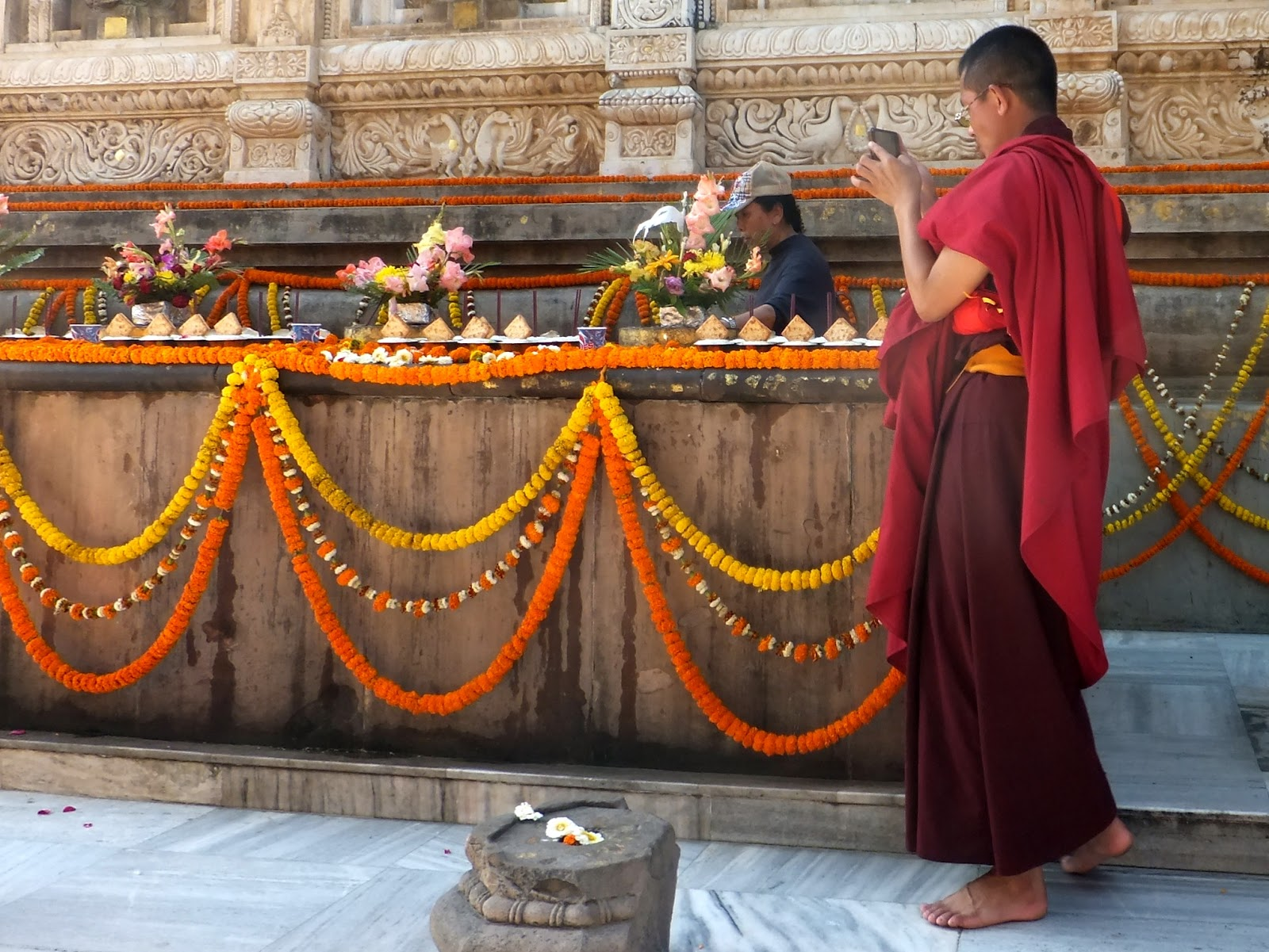 буддисткий монах со смартфоном