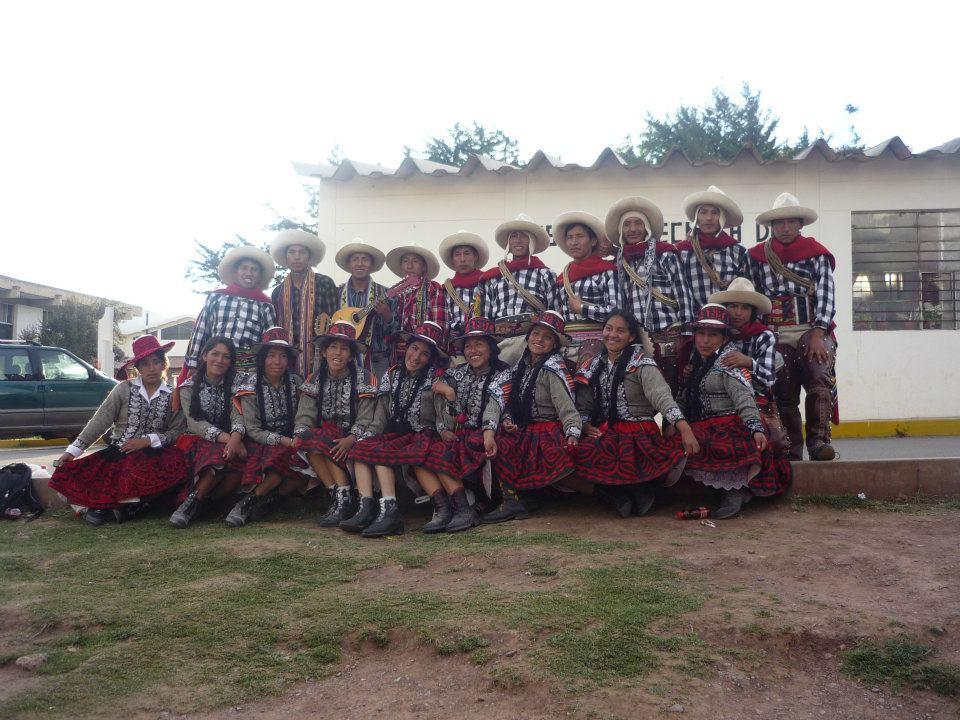 Con danza tradicional hoy el Colegio Santo Tomás participa en juegos florales en Tacna