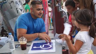 Ο Μανώλης Στεφανουδάκης μιλάει με τα παιδιά για ελεύθερα πεζοδρόμια και ράμπες