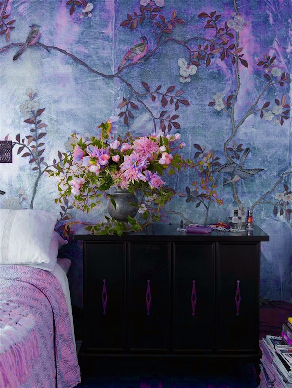 flores sobre la mesita y en papel pintado en la pared chicanddeco