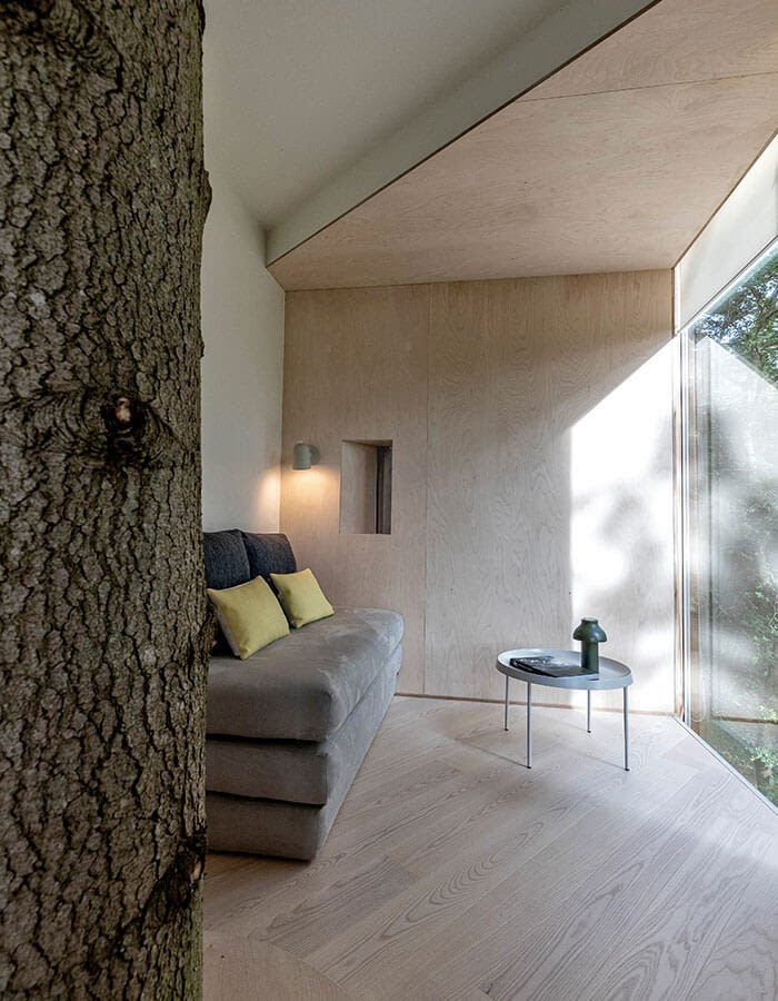 04-Living-room-Architecture-Treetop-Hotel-Tiny-House-www-designstack-co