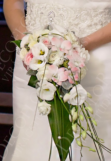 Nyújtott vagy csepp alakú  menyasszonyi csokor púder rózsaszín rózsából és orchideából macifűvel