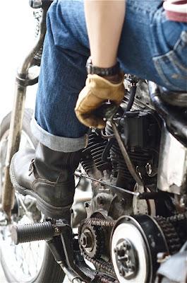ヴィンテージバイク、1956年式パンヘッドチョッパーに跨がるYさん。足元はバイクメインで使用しているというウエスコブーツ、ボス。