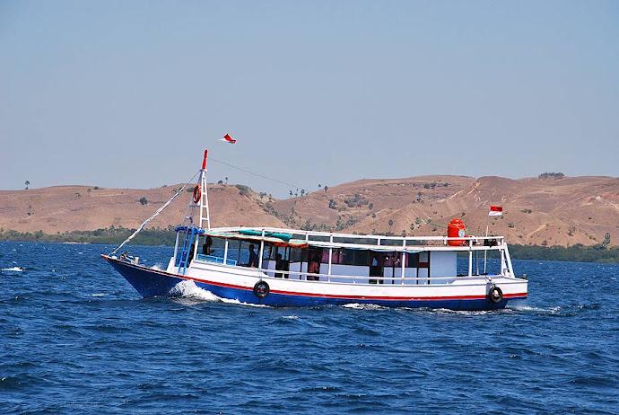 Barco navegando por Indonesia