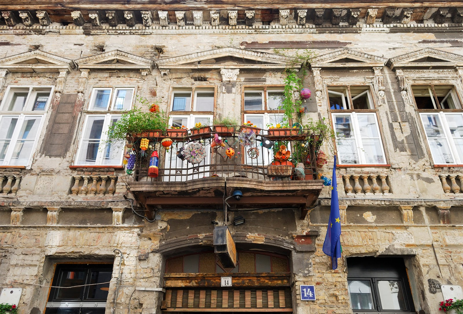 best budapest restaurant eat affordable cheap szimpla kert ruin bar jewish quarter foodie hungary