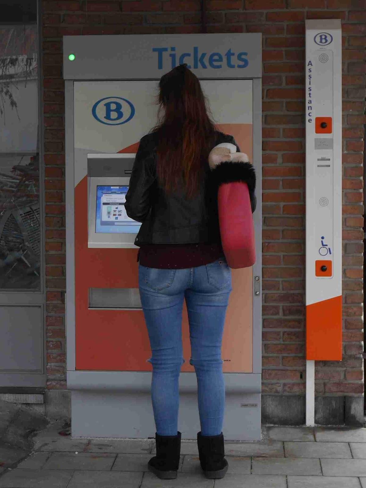 La fille au distributeur de tickets
