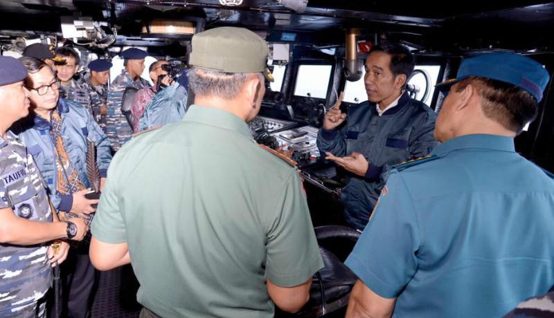 Jokowi di atas KRI Imam Bonjol 383 yang melaut di perairan Natuna