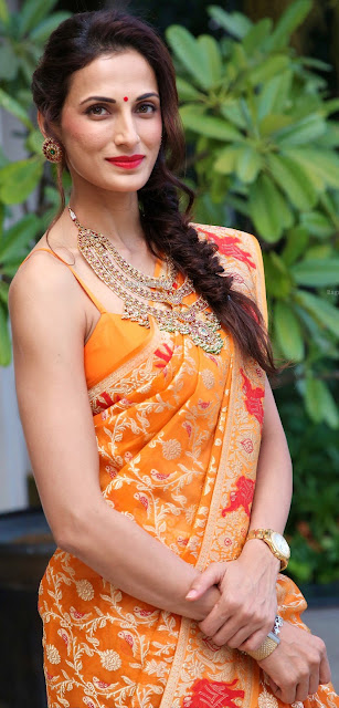 Shilpa Reddy wearing sleeveless thread blouse without bra inside naked shoulder