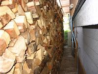 西側の薪棚