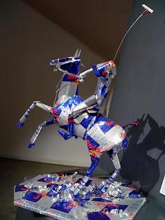 esculturas de latas de redbull