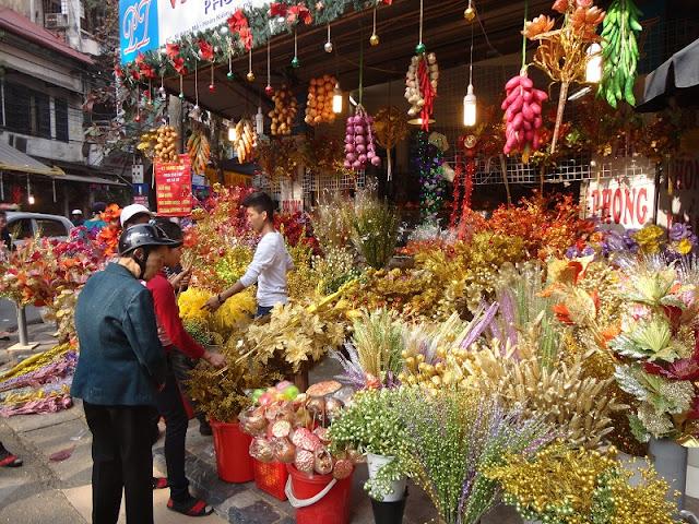 Ha Noi old quarter bustling before Tet 1