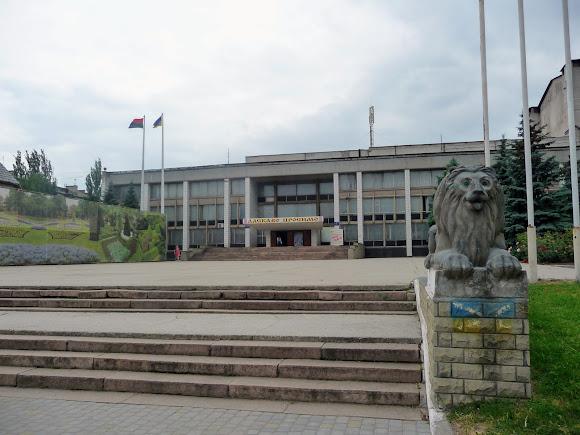 Костянтинівка. Просп. Ломоносова. Палац культури на 1200 місць і скульптури левів біля входу