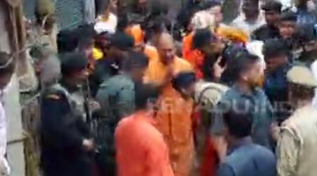 पुलिस अफसरों ने वर्दी में सीएम की चरणवंदना की