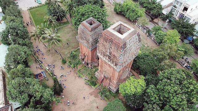 Những thân dừa cổ thụ tạo không gian xanh, thơ mộng bên di tích lịch sử văn hóa tháp Đôi. Theo các nhà nghiên cứu, tháp có niên đại cuối thế kỷ 11, đầu thế kỷ 13, thời kỳ vương quốc Chămpa gặp nhiều biến động. Tháp có cấu trúc độc đáo, gồm hai tháp, tháp lớn cao khoảng 20 m, tháp nhỏ cao 18 m, cửa chính của hai tháp đều quay về hướng nam.