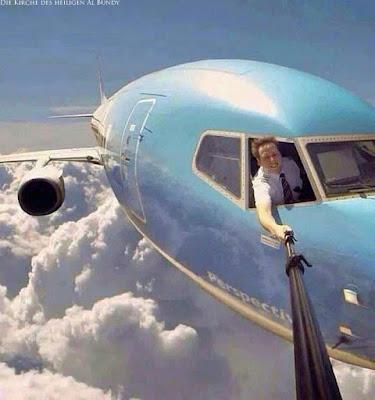 Lustige Bilder zum lachen - Arbeitsplatz Pilot macht Selfie im Flugzeug witzig