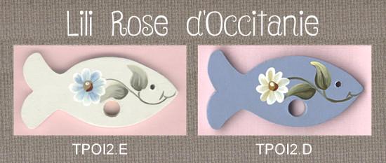 """2 tri-fils en bois peint, """"Poisson"""", blanc ou bleu, ornés de marguerites. Broderie et point de croix"""