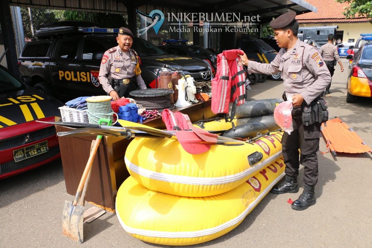 Jelang Musim Hujan, Sabhara Polres Kebumen Periksa Perahu Karet