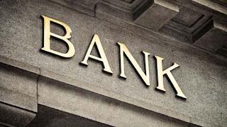 Κουίζ: Τι φέρνει η νέα φυγή καταθέσεων από τις τράπεζες;