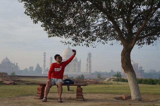 Di depan Taj Mahal, cekrekkkk!