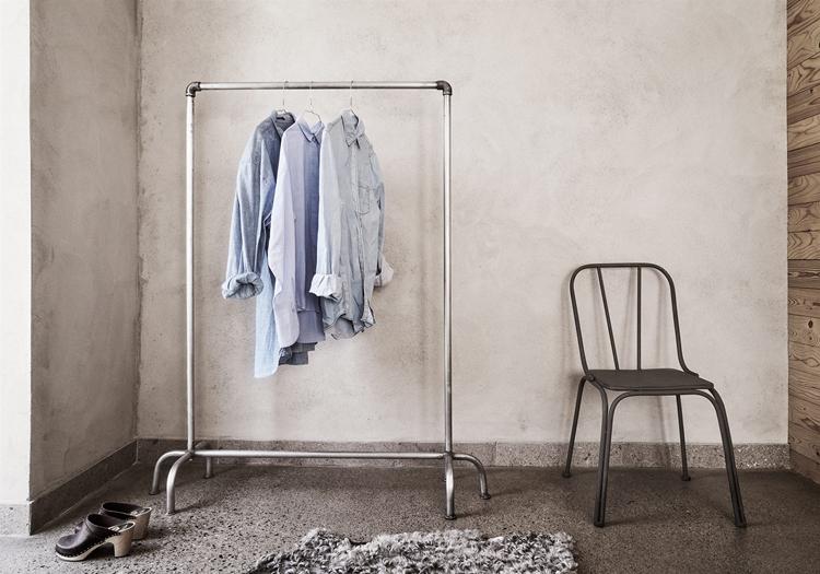 carro-ropa-tuberias-cobre-fontaneria-silla-negra-gres-suelo-burro-camisas-estilo-nordico-decoracion-nordica-industrial