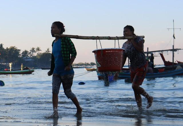 ဇာနည္ဝင္း (Myanmar Now) ● ငပလီကမ္းေျခ ငါးလုပ္ငန္းခြင္ထဲက အမ်ဳိးသမီးမ်ား