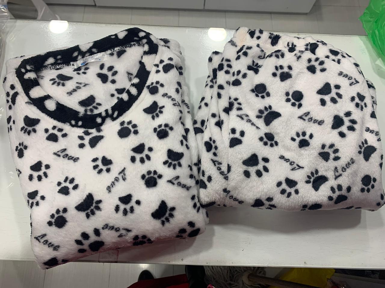 Pijama para dama con huellas de mascota