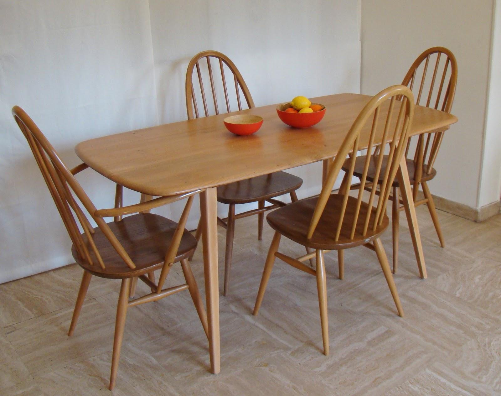 VINTAGE IN VILLENNES: Tables