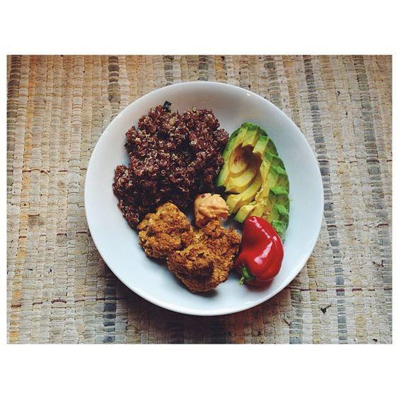 Rezept: Quinoa mit Ofengemüse, Rote Bete Falafel und Hummus (Vegan, Gluten- und Laktosefrei)