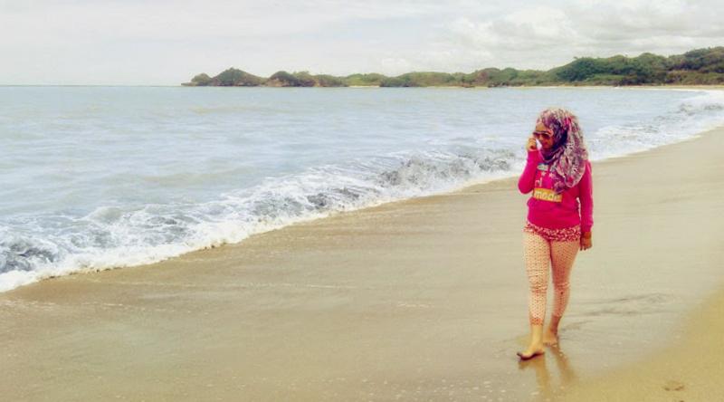 cewek hijab cantik di pantai vBerlibur di pantai tapi takut hitam
