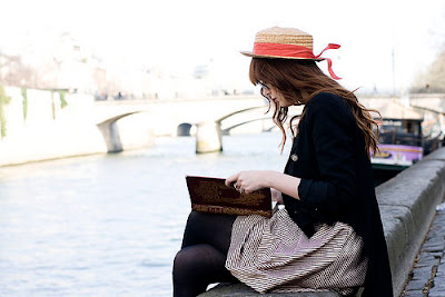 Resultado de imagem para garota lendo