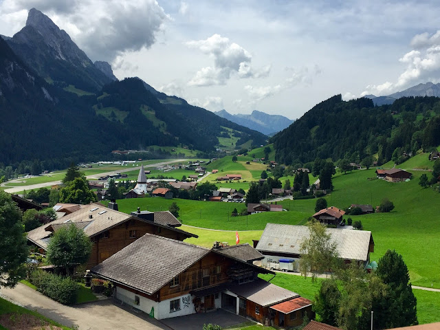 huus gstaad family friendly hotel suiza a golpe de objetivo