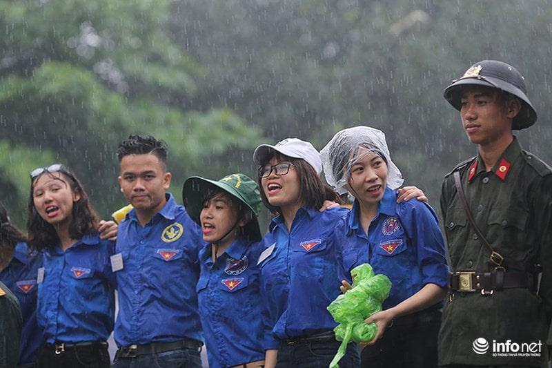 Chùm ảnh lực lượng tình nguyện đội mưa làm hàng rào tại Đền Hùng - Ảnh 7