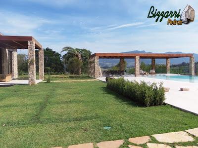 Pilares de pedra, com pedra moledo, para construção do pergolado de madeira na piscina de residência em Piracaia-SP.