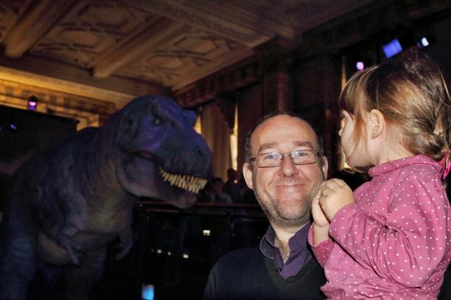 Helia junto al Tiranosaurio Rex