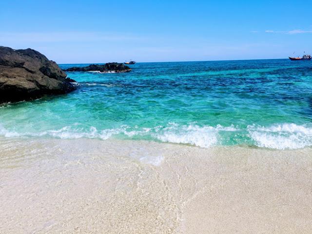 Những vùng nước màu tối là vùng nước có đá nhô cao (với phần gần bờ) hoặc vùng biển sâu, phần biển màu xanh ngọc bích là phần nước nông.