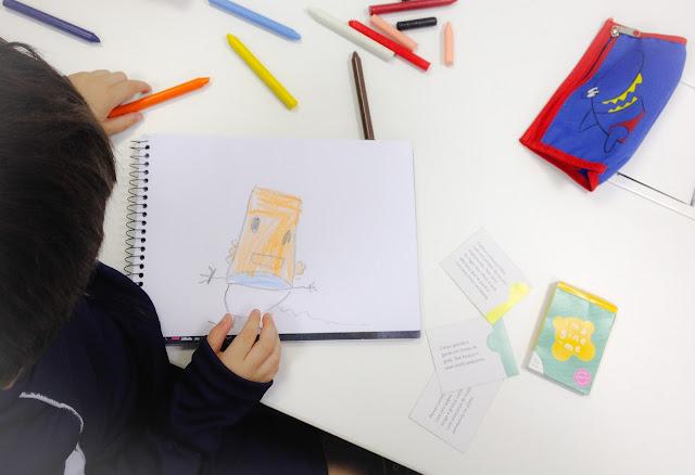 Foto do meu filho brincando com o jogo Imagine-Me, da Cusco Studio.