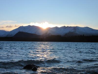 Amanecer en el lago Tekapo, en Nueva Zelanda