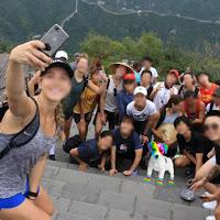 El perro arcoíris sonríe en Cice posa en una fotografía con un grupo de estudiantes en la muralla china