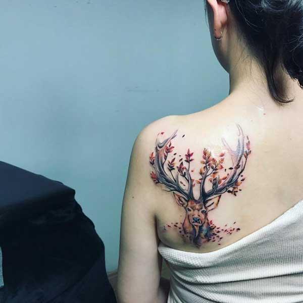 boynuzları yapraklı geyik dövmesi sırt kadın